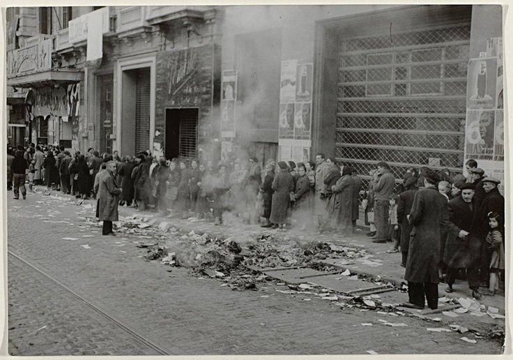 Cola la calle para el pan. 29 de enero 1939. El hambre en Barcelona tras la invasión de la ciudad por las tropas fascistas. http://degarcia-pacodiscomix.blogspot.com.es/
