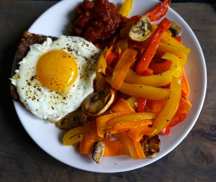 Easy and healthy breakfast with a fried egg and fried veggies // Nem og sund morgenmad med et spejlæg og stegte grønsager