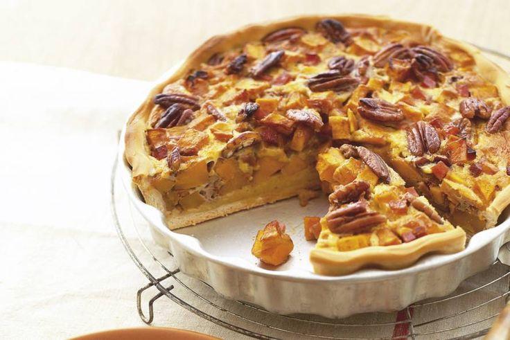 Op en top herfst, deze taart met crunchy noten. Door de donkere basterdsuiker smaakt de pompoen nóg zoeter - Recept - Pompoentaart met pecannoten - Allerhande
