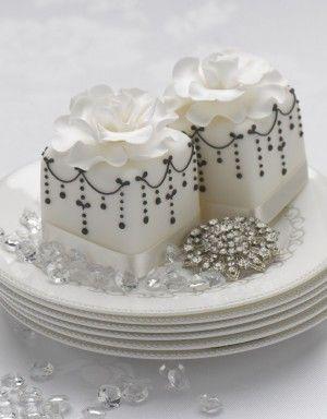 miniature cakes: Cakes Ideas, Minis Cakes, Little Cakes, Black And White, Miniatures Cakes, Minis Wedding, Black White, Chic Miniatures, White Wedding Cakes