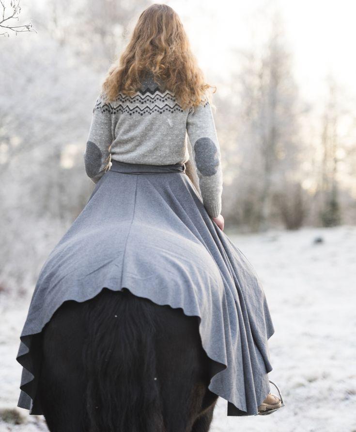 Rideskjørt med splitt. Norsk øko bærekraftig design! Holder deg og hesten varm! 100 % ull- Vadmel. Optimal passform inspirert av jernalderen og vikingtiden!