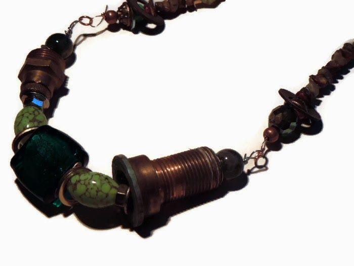 Tubi, giunture e rondelle.. metallo riciclato. Collana con chips di pietre dure, perle in vetro e resina, pezzi idraulici