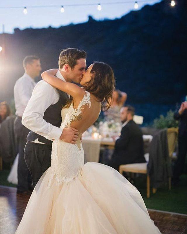 Besos que bailan, bailes que besan... #unabodaoriginal #boda #bodas #casamento #wedding #blogdebodas