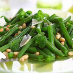 Judías verdes con piñones y queso parmesano - Recetízate