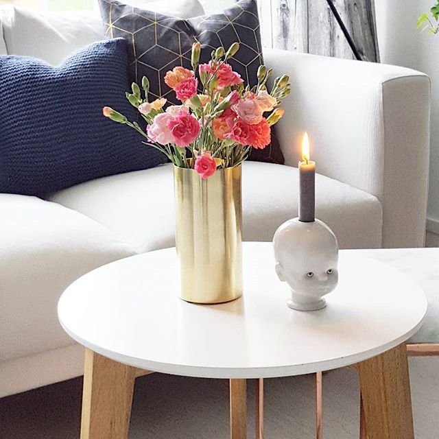Fresh flowers always brighten up my day🌸 Mitt bidrag til #middleweekinspiration hos @sommerfuglen4 ♡ #details #closeup #livingroom #livingroomdetails  #flowers #flowerslovers #mestergrønnblomster @mestergronn #freshflowers #blomster #flowers #littlejoseph #interior #interiør #iskaffinina #kajastef #inspo_by_tine #inspoformilla #candle #mynordicroom #bolig #diy #knitting #pillow #interiorstyling #interiordecorating #interiordesign #myhome