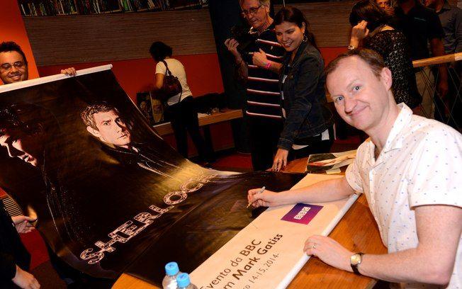 Entrevista com Mark Gatiss, roteirista, ator, produtor e cocriador de Sherlock da BBC. | Nos tempos de escola – é uma coisa terrível! – eu costumava escrever e vender histórias nas quais os professores eram assassinados de formas horríveis. Eu as comercializava por lá, ainda devo ter alguma.