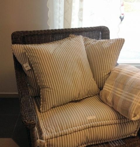 Stripet pute med dunfyll fra Lene Bjerre. Farge hvit/cement. 100 % bomull.
