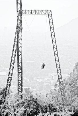 PARQUE MAHUIDA: Vértigo Park, Santiago de CHILE / En plena pre-cordillera de Santiago, se encuentra Vertigo Park; 5 hectáreas de bosque y vista privilegiada de Santiago donde se puede disfrutar de un recorrido de 1.400 metros de Canopy, sentir la adrenalina del Swing, competir con tus amistades en un juego de Paintball o bien disfrutar de un Trekking interpretativo del lugar. En la foto aparece el Swing: una especie de columpio gigante de 33 metros de altura. Totalmente recomendable!!