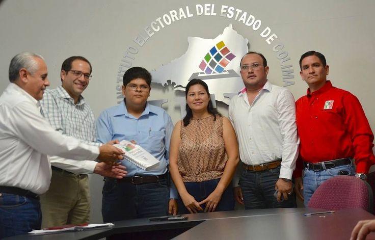 Representantes del PRI acudieron esta tarde a entregar su Plataforma Electoral ante el #IEE; la documentación fue recibida por la Consejera Electoral, Verónica González, y el Secretario Ejecutivo,