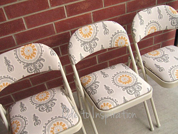Upholstered Folding Chairs Makeover. Looks so easy and so many possibilities.