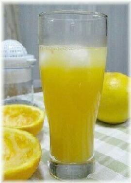 """楽天が運営する楽天レシピ。ユーザーさんが投稿した「ビタミンたっぷり""""フレッシュ甘夏ジュース""""」のレシピページです。爽やかな甘みと酸味の甘夏のジュースです。お肌が喜びそう・・♪。甘夏ジュース。夏みかん(甘夏),砂糖,ハチミツ(又はメープルシロップ)"""