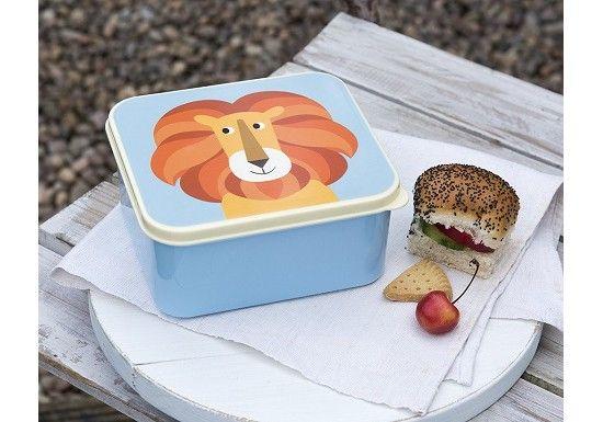 Grande boîte à goûter bleu au motif d'un adorable lion.   Cet article est adapté pour le contact alimentaire Le couvercle ne convient pour un usage au lave vaisselle Le fond convient pour un usage au lave vaisselle Non adapté au micro ondes Ne contient pas de BPA  Dimensions : 14 x 15 x 7 cm