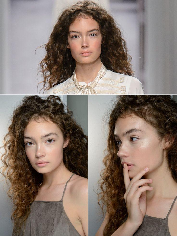 Wer so tolle Locken hat, kann sie einfach wachsen lassen und einen Haarschnitt mit nur ganz leichtern Stufen ausprobieren. Den Scheitel flexibel tragen, so wird es nicht langweilig. Tipp für Frauen mit Locken: Statt Shampoo hin und wieder einen Conditioner zum Haare waschen benutzen, den ihr kräftig in die Kopfhaut einmassiert. Durch die Reibung wird das Haar gesäubert ohne es auszutrocknen und die Locken bleiben geschmeidig!Und hier findet ihr die Trendfrisuren der Profis für Locken!