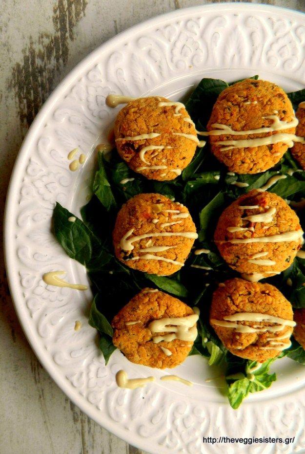Ρεβιθοκεφτέδες με ντιπ από ταχίνι κ σαλάτα με ντομάτα, ελιές, αμπελοκορφές κ ξινομυζήθρα (αντικαθιστούμε με φυτικό τυρί)