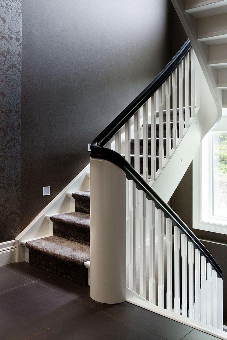 MELBY Klassiker i svart og hvitt // Buet stolpe og håndløper gjør at trappen er kontinuerlig gjennom alle tre etasjene.