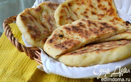 """Индийские лепешки """"Наан с сыром: Для 5 лепешек: 300 г муки 1/2 пакетика пивных дрожжей (сухие дрожжи) 3 ст.л. оливкового масла 1 баночка натурального (несладкого) йогурта (125 г) мягкий сыр щепотка соли"""