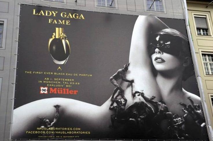 """Cartel promocional del perfume """"Fame"""", auspiciado por la cantante Lady Gaga en Múnich. Foto: EFE."""