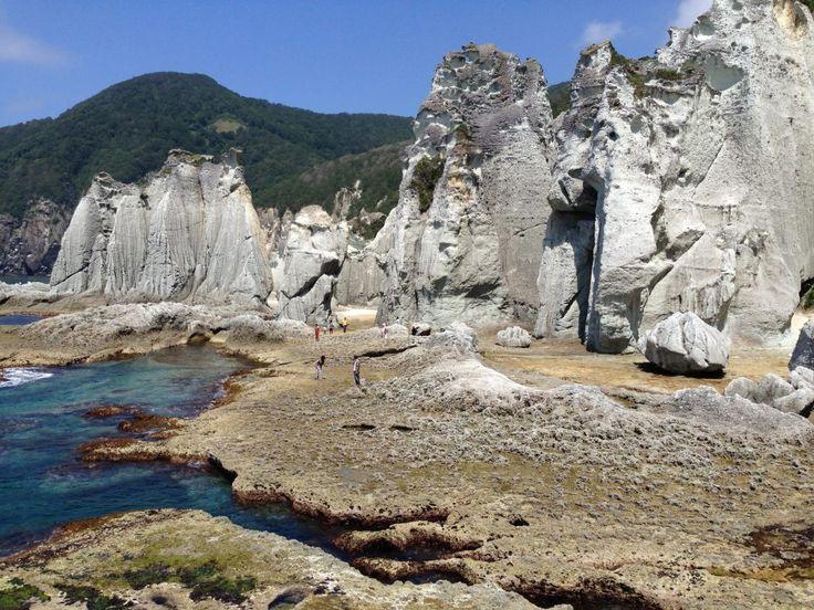 青森県の下北半島の仏ヶ浦に行ってきました。仏ヶ浦は、巨大な奇岩が並ぶ、大迫力の観光地です。 あまりにも巨大で、…