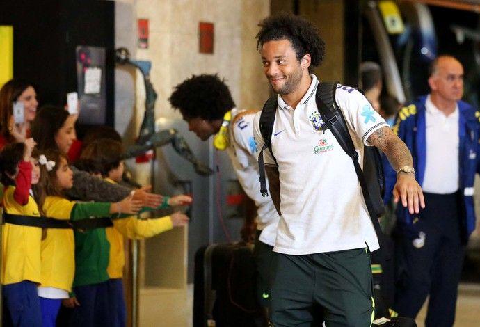 Seleção chega a hotel em São Paulo com festa . Marcelo, seguido por William, na chegada ao hotel da Seleção (Foto: Marcos Ribolli)