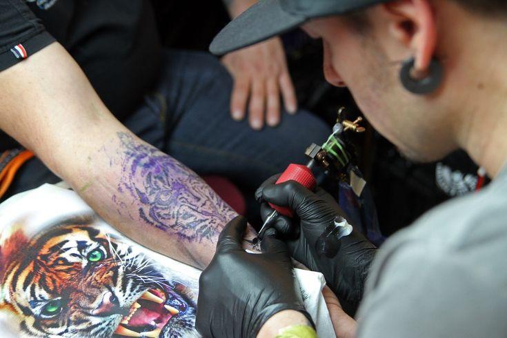 Είτε θέλεις να ανταμειφτείς για τη σκληρή δουλειά που έκανες στο γυμναστήριο, είτε για να εκφραστείς μέσα από την τέχνη του σώματος, το να κάνεις τατουάζ είναι μια πολύ μεγάλη απόφαση.  #τατουάζ #tattoo #tattoos