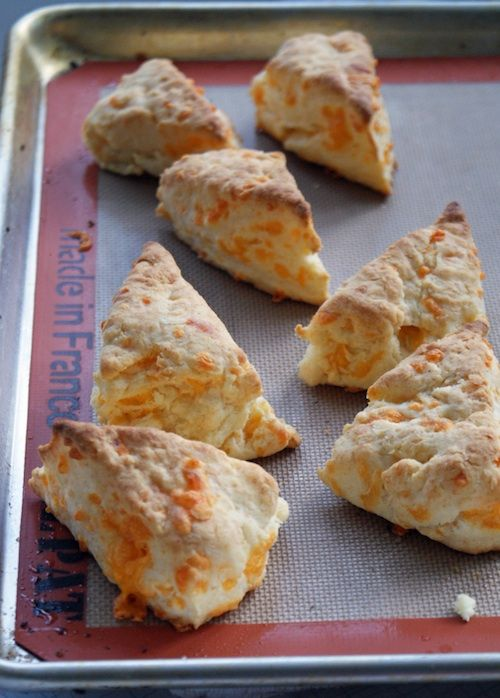 Ooooh Cheese Biscuits. Skip the oil or cooking spray on the pan and use a SILPAT instead!: Food Recipes, July Chee, Cooking Sprays, Julie Cheese, Cheese Biscuits, Chee Biscuits, Photo, Oil, Breads Biscuits