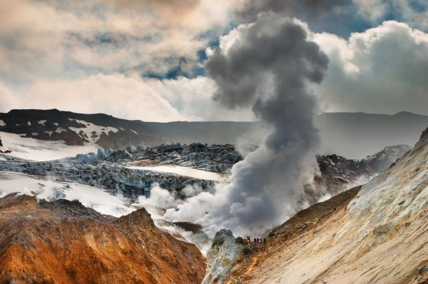 Kamchatka... Lidé uvnitř kráteru sopky Mutnovka (Rusko, .