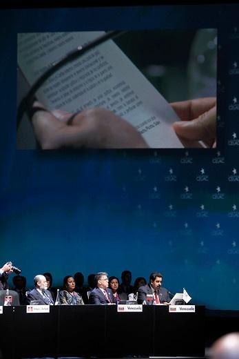 28 de ENERO de 2013/SANTIAGO, CHILE.   Sesión Plenaria de la Cumbre CELAC en el Salón Pablo Neruda, en el Centro de Convenciones Espacio Riesco. EN la foto, el vicepresidente de Venezuela, Nicolás Maduro, lee carta enviada por Hugo Chávez.   FOTO: NADIA PEREZ/AGENCIAUNO/PRENSACUMBRE