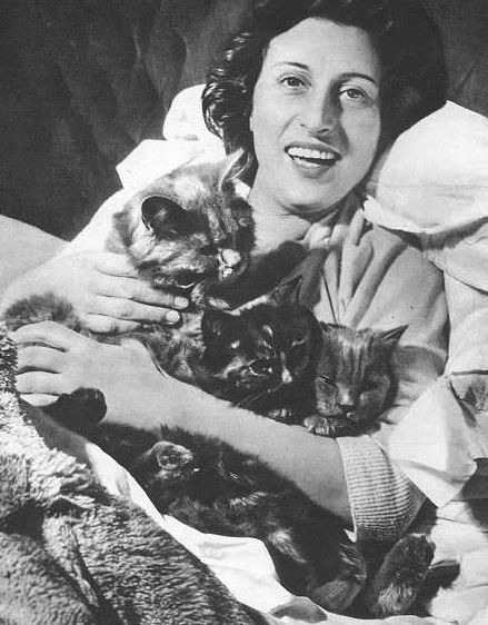 Anna Magnani con i suoi amati gatti