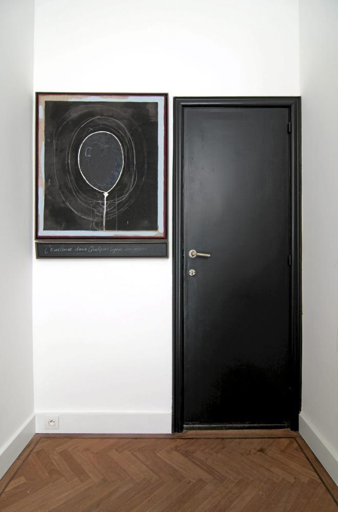 I gangen ligger originalt tregulv med fiskebensmønster. Bildet på veggen er strategisk plassert ved siden av den svarte døren.