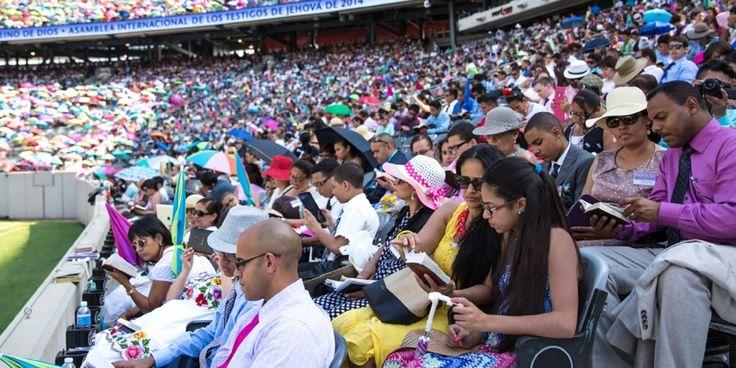 Une foule nombreuse assistant à un grand rassemblement des Témoins de Jéhovah