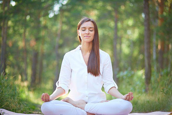 Impariamo ad assumere correttamente la posizione del loto, una delle posizioni più comuni della meditazione zen, insieme alle sue varianti.