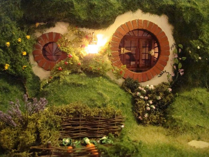 handcrafted Hobbit house - Bag End from Lord of the Rings.click through to  see all the AMAZING detail she put into this piece