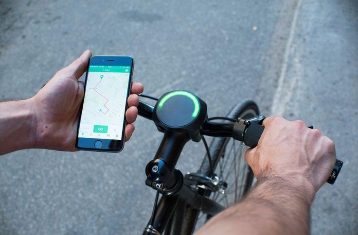 Imaginé par la start-up québécoise Cyclelabs, SmartHalo est un dispositif circulaire à fixer sur votre guidon. Connecté en Bluetooth à votre smartphone, celui-ci vous permettra de suivre grâce à une appli dédiée votre itinéraire GPS sans sortir votre téléphone de votre poche (grâ...