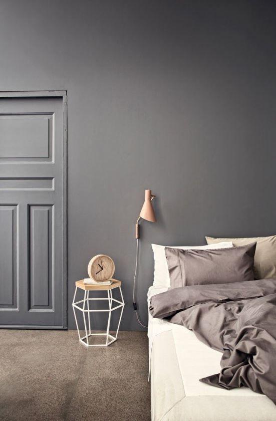 soveværelse med mørkegrå væg. Farve: Beckers Stål 516 NCS S 6000-N.