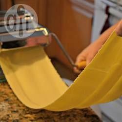 Massa caseira fresca @ allrecipes.com.br - Use essa receita para fazer macarrão, lasanha, ravióli e outras massas. Ela nunca falha!
