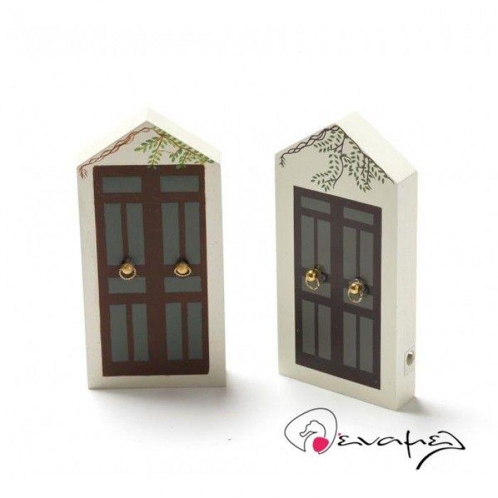 Μπομπονιέρα Ξύστρα πόρτα - Η τιμή αφορά τεμάχιο - σετ 2 σχέδια μαζί - δεν μπορείτε να επιλέξετε μόνο το ένα σχέδιο.  Διαστάσεις 14*7 εκ  Η τιμή αφορά έτοιμη δεμένη μπομπονιέρα με κουφέτα Χατζηγιαννάκη & τούλι .