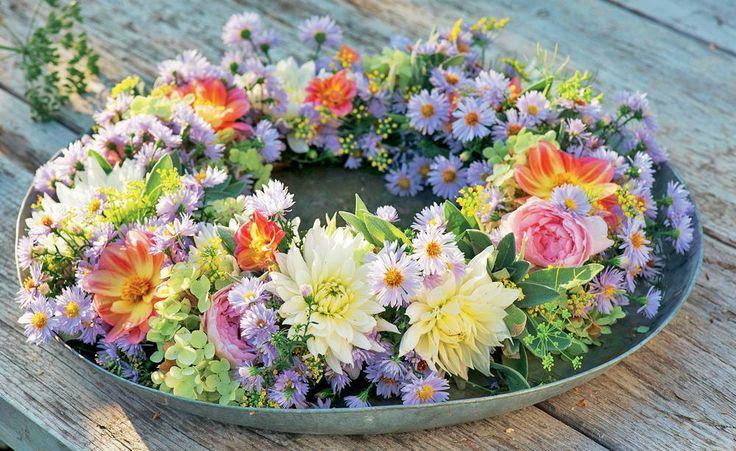 Was im Beet gut aussieht, harmoniert auch im Topf und in der Vase ausgezeichnet. Ein Spaziergang durch den Garten liefert herrliche Zutaten für eine herbstliche Tischdekoration. Unsere Favoriten: Kürbisse und Dahlienblüten.