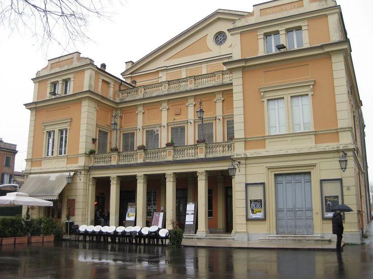 Teatro Nuovo - Costruito a partire dal 1904, è caratterizzato da uno stile tardo ottocentesco, simile al Teatro Storchi di Modena.