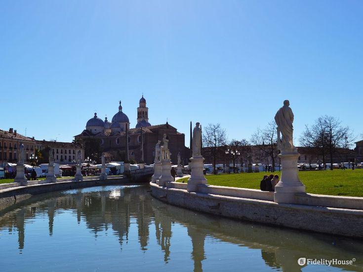 Nella foto possiamo vedere la Basilica di Santa Giustina (Padova), vista dal Prato della Valle in un giorno di mercato.