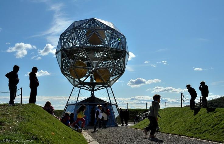 Diamante è una vera e propria centrale fotovoltaica, concepita dalla Ricerca Enel, in grado di convertire l'energia solare in elettrica ed accumularla sotto forma di idrogeno. Fatto di vetro e acciaio, Diamante ha dimensioni auree, che seguono le proporzioni presenti in natura.  http://www.enel.it/it-IT/eventi_news/news/diamante-l-energia-che-viene-dal-futuro/p/090027d981e99633