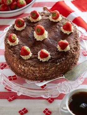 Bag den festligste lagkage med jordbær-chokolade, der er flot og smager himmelsk