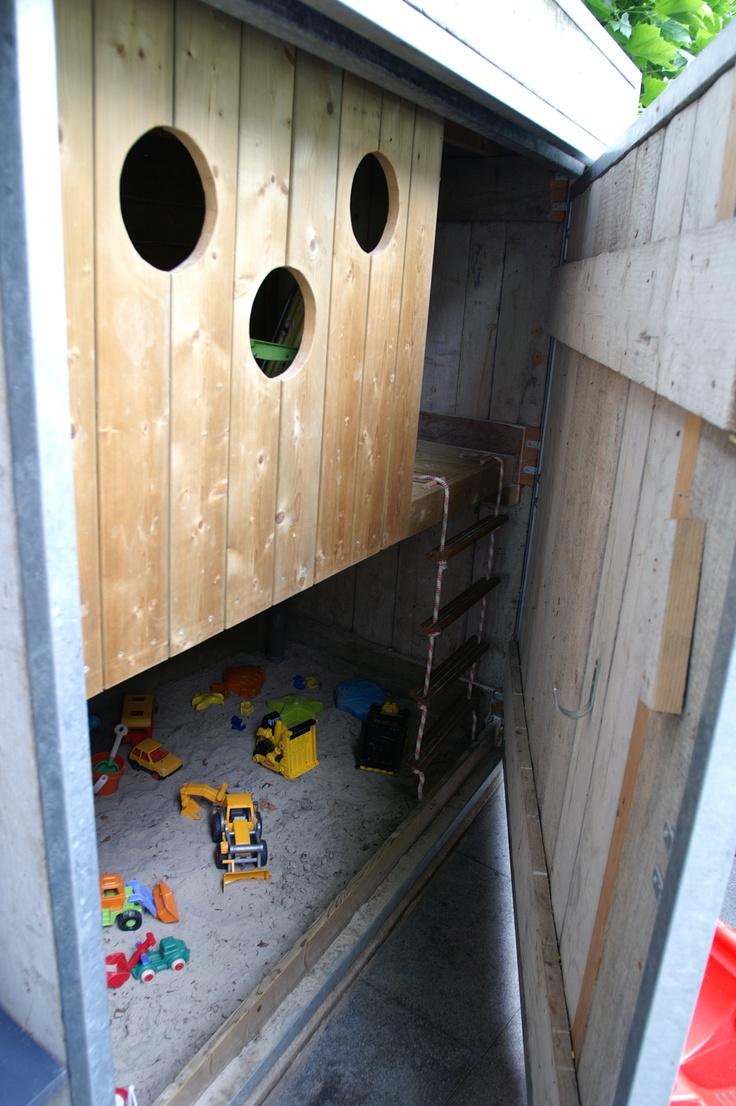 Slimme oplossing voor het speelhuis voor de kinderen. Met zandbak en hut. Ontwerp en aanleg hoveniersbedrijf van Elsäcker Tuin
