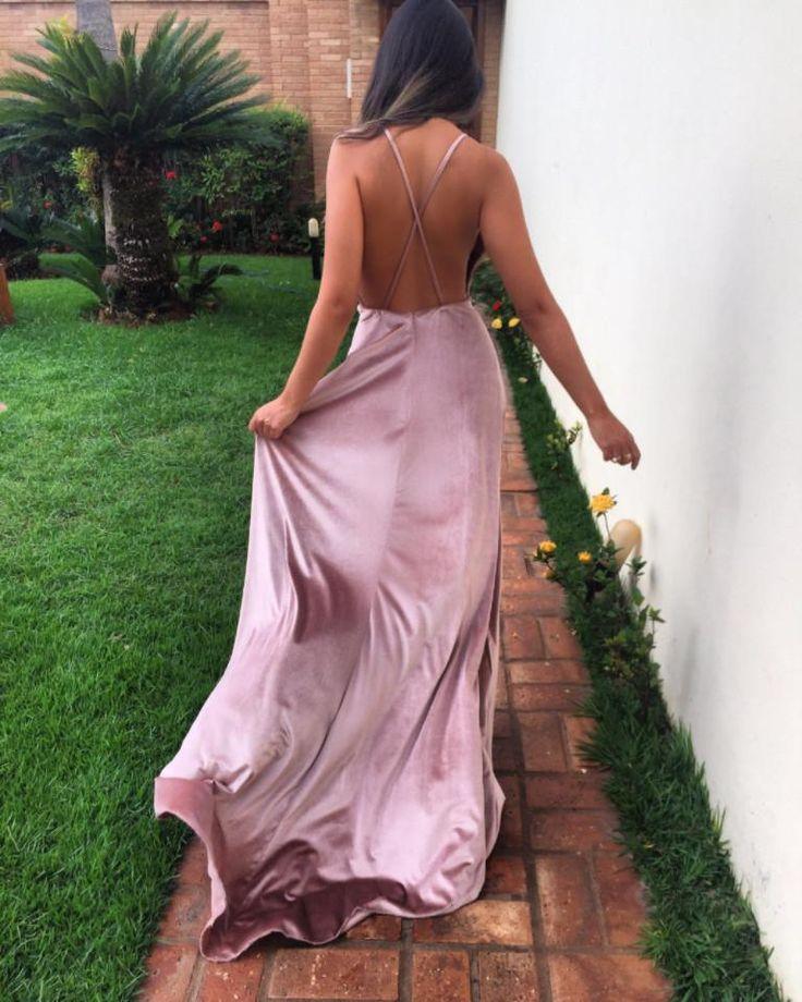 O Dress Velvet é feito com tecido de veludo importado, detém forro no busto e interno. O tecido contém de 5% elastano.