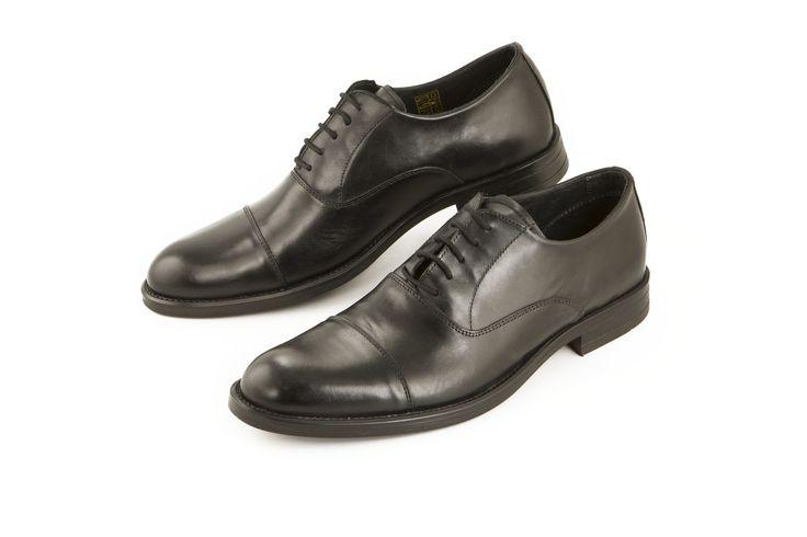 La scarpa classica in pelle nera di Uomo è comoda e ideale per il giorno e la sera. The classic black leather shoe by Uomo is comfy and perfect for day and evening. www.calzaveste.it