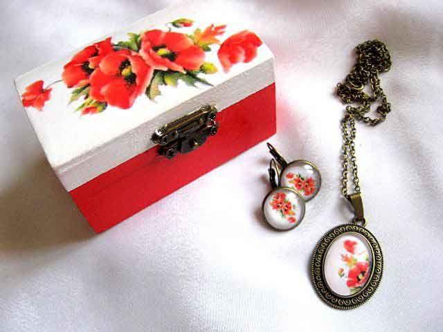 #Cadou #femei, set cadou #cutiuţă şi #bijuterii cu model de #maci / #Women #gift, set gift #box and #jewelry with #poppies #design / #여자 #선물, #양귀비 #디자인을 #가진 #선물 #상자 #및 #보석을 #놓으십시오 http://handmade.luxdesign28.ro/produs/cadou-femei-set-cadou-cutiuta-si-bijuterii-cu-model-de-maci-29258/