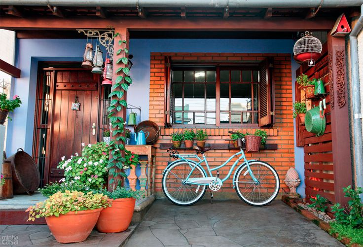 02-madeira-flores-e-pecas-de-antiquario-deixam-fachada-super-charmosa