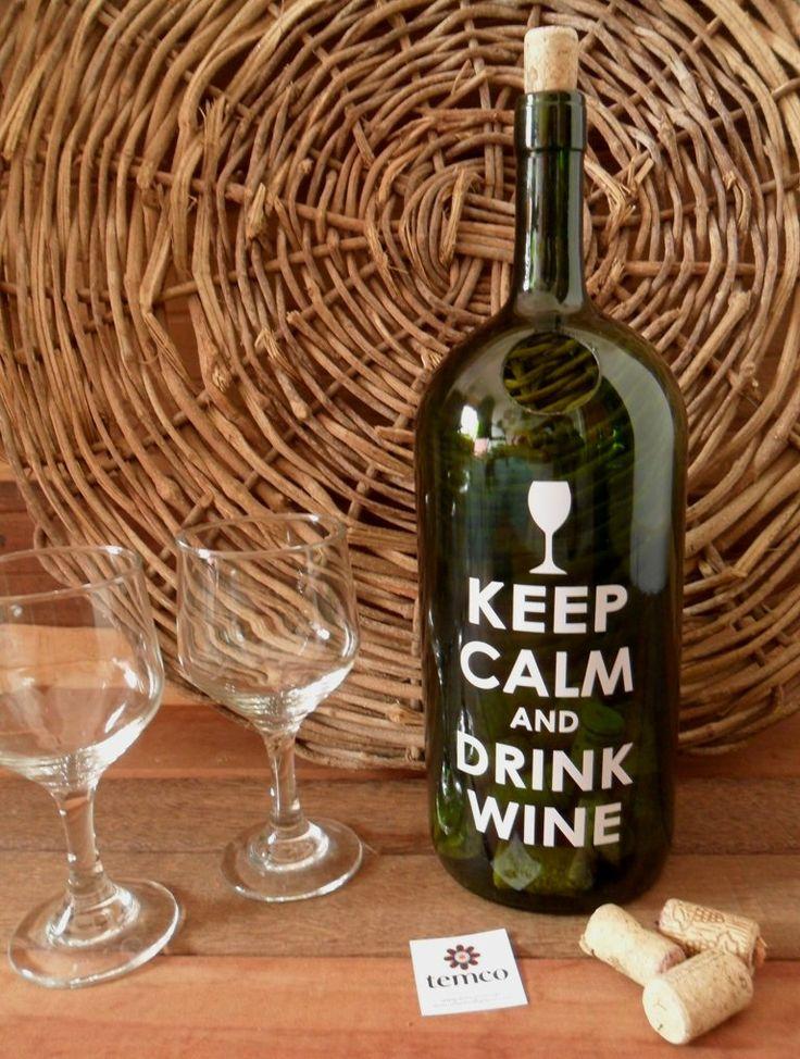 """Não preciso de nenhum motivo especial para abrir uma garrafa de vinho (sou apaixonada).No ano passado a tentativa de fazer um quadro porta rolhas falhou por não encontrar a moldura ideal na vidraçaria, e foi nas comemorações de fim de ano, com muitos vinhos aqui e ali, que acabei ganhando duas garrafas de 2 litros e daí eis que deu um """"pliiiiiim"""" nesta cabecinha. De tão fácil e simples nem vou [...]"""