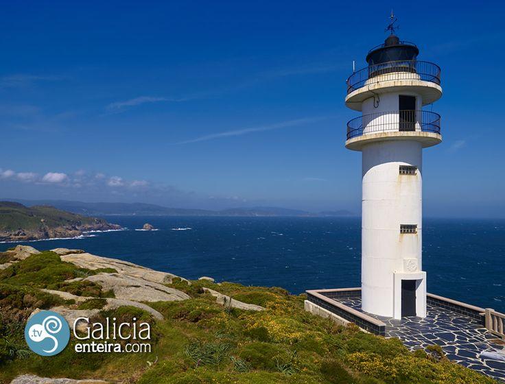 El faro de Punta Roncadoira es una torre cilíndrica de color blanco construida en 1974 y que destaca por el lugar salvaje en el que se levantó.