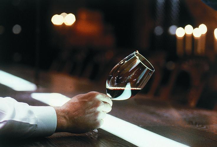 ROYAL RAVINTOLAT – Tiesitkö nämä tarjoilijan työn 10 salaisuutta? 3. Taito yhdistää ruoka ja juoma. Tarjoilija osaa suositella tiettyä juomaa tietyn ruoan kanssa oman kokemuksen, työkavereiden vinkkien tai ravintolan suositusten perusteella.