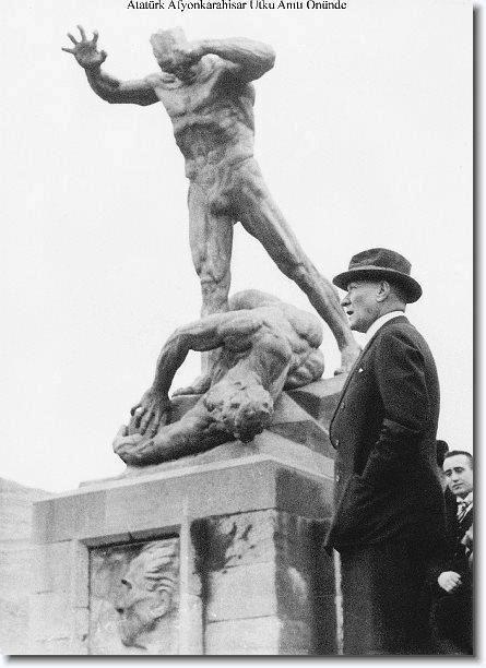 ✿ ❤ Atatürk Afyonkarahisar Utku Anıtı önünde...